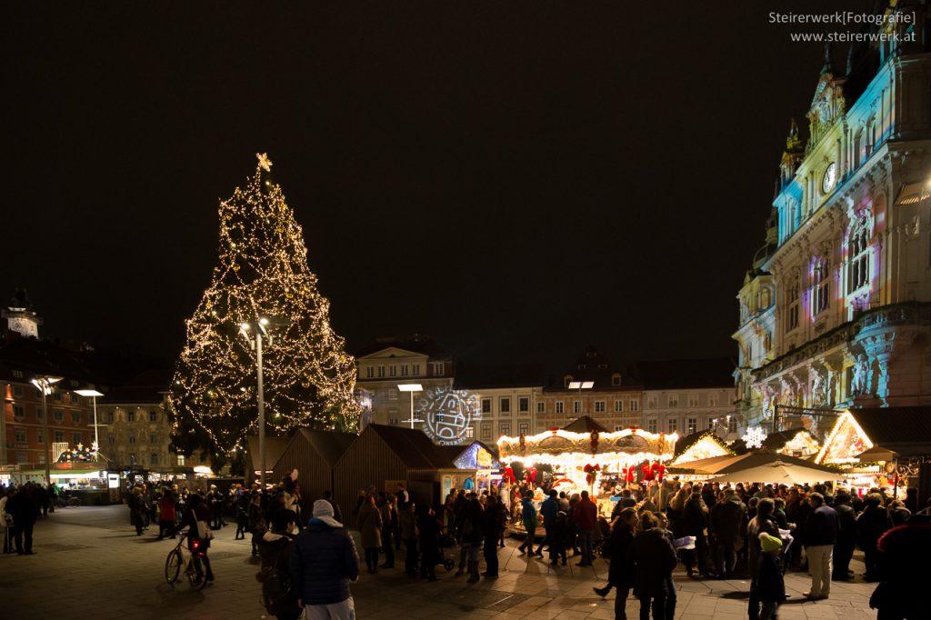 Weihnachtsbaum am Hauptplatz mit Blick auf Uhrturm