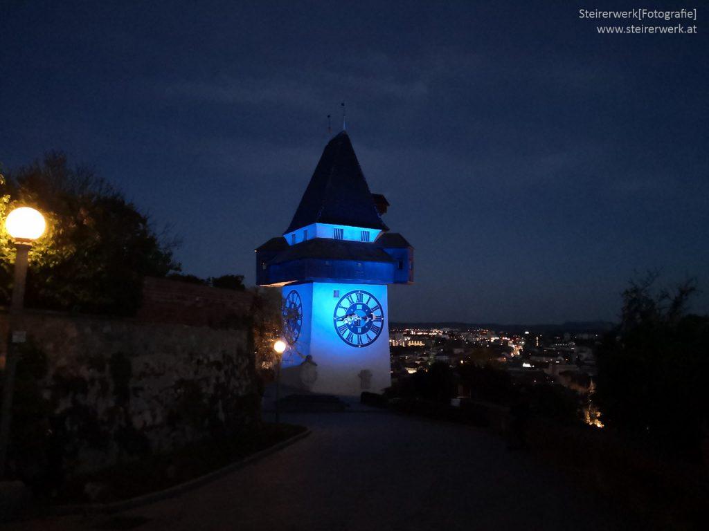 Blau beleuchteter Uhrturm